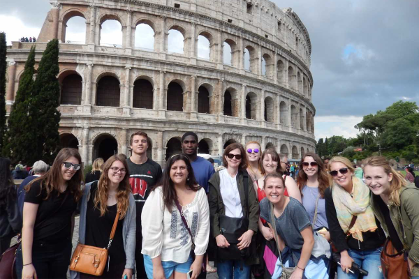 Laura McClure and a group of students pose in front 的 the Colosseum in Rome